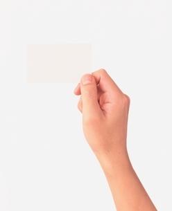 カードを持つ手の写真素材 [FYI03834791]