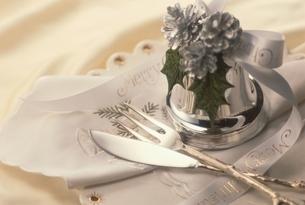 クリスマスイメージ(ナプキンとナイフとフォークとベル)の写真素材 [FYI03834803]