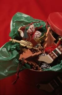 箱に詰められたクリスマスプレゼントの写真素材 [FYI03834805]