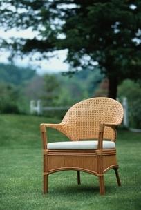 芝の上の籐のイスの写真素材 [FYI03834931]