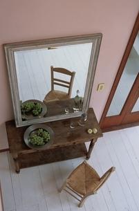 鏡とイスの写真素材 [FYI03834937]