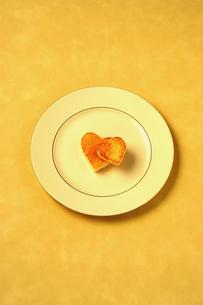 2個のハート型のパンと皿の写真素材 [FYI03835170]