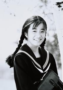 かばんを持つセーラー服の日本人女子校生の写真素材 [FYI03835232]