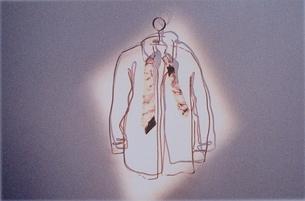 針金のワイシャツとネクタイとハンガー イラストの写真素材 [FYI03835243]