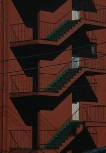 赤いビルの非常階段の写真素材 [FYI03835272]