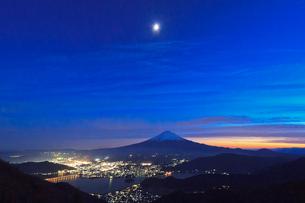 新道峠からみる河口湖と富士山の写真素材 [FYI03835671]