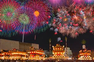 秩父夜祭山車と花火(合成)の写真素材 [FYI03835789]