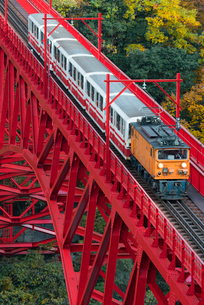 黒部峡谷鉄道 新山彦橋とトロッコ電車の写真素材 [FYI03835972]