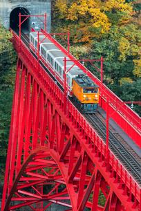 黒部峡谷鉄道 新山彦橋とトロッコ電車の写真素材 [FYI03835973]