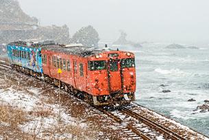 雨晴海岸とJR氷見線の写真素材 [FYI03836038]