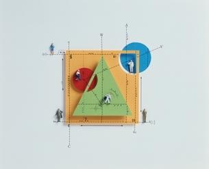 複数の人形と三角形と四角形(カラフル)の写真素材 [FYI03836641]