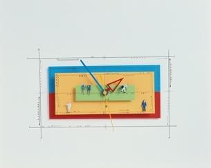 人形と時計と針(カラフル)の写真素材 [FYI03836648]