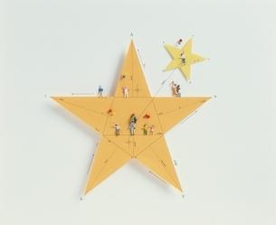人形と2個の星(黄色)の写真素材 [FYI03836649]
