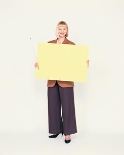 外国人女性とパネルの写真素材 [FYI03836663]