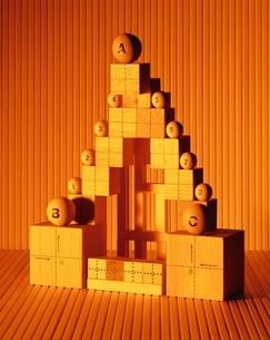複数の木箱と球体(オレンジ色)の写真素材 [FYI03836695]