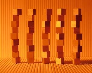 複数の重なった積木(オレンジ色)の写真素材 [FYI03836696]