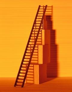 複数の木箱とはしご(オレンジ色)の写真素材 [FYI03836699]