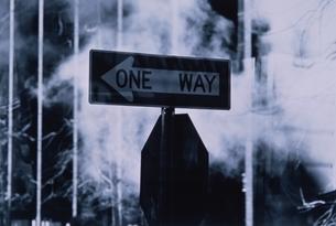 一方通行の標識(B/W) ニューヨーク アメリカの写真素材 [FYI03836718]