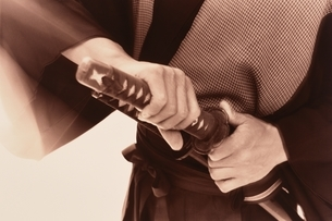 刀を抜く武士の手元の写真素材 [FYI03836772]