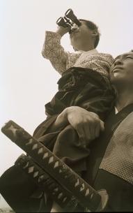 侍姿の男性と剣道着の男の子の写真素材 [FYI03836774]