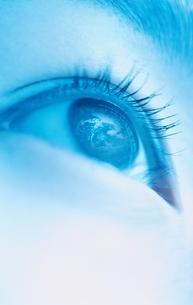 見上げる女性の目(水色) アップの写真素材 [FYI03836776]