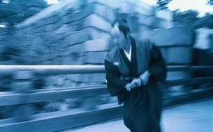 橋の上を走る日本人武士の写真素材 [FYI03836778]