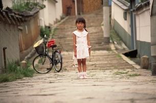 金魚を持った日本人の女の子と自転車の写真素材 [FYI03836806]