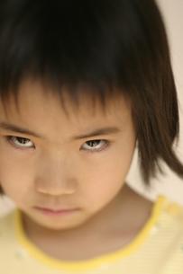 にらむ日本人の女の子のアップの写真素材 [FYI03836815]