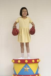 ボクシングのグローブをした日本人の女の子の写真素材 [FYI03836827]