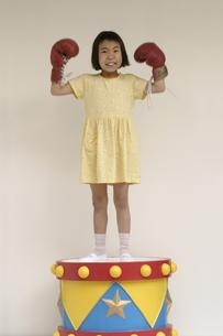 ボクシングのグローブをした日本人の女の子の写真素材 [FYI03836828]