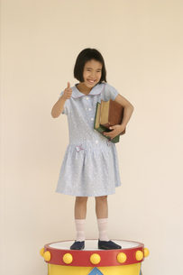 本を抱える日本人の女の子の写真素材 [FYI03836832]