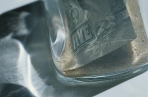 透明なガラスと紙幣の写真素材 [FYI03836837]
