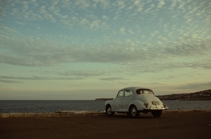 駐車した車とうろこ雲 ハワイ アメリカの写真素材 [FYI03836841]
