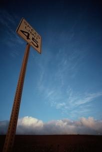 標識と青空 オアフ島 ハワイの写真素材 [FYI03836844]