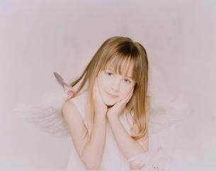 天使姿の外国人の女の子の写真素材 [FYI03836899]