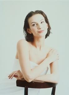 バスタオルを巻いた外国人女性の写真素材 [FYI03836906]