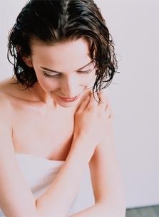 バスタオルを巻いた外国人女性の写真素材 [FYI03836907]