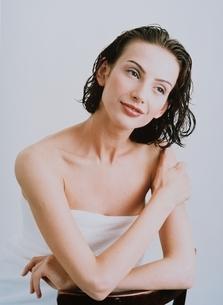 バスタオルを巻いた外国人女性の写真素材 [FYI03836908]