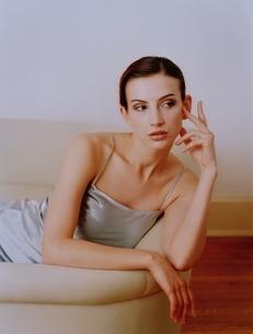 ソファでくつろぐ外国の女性の写真素材 [FYI03836919]