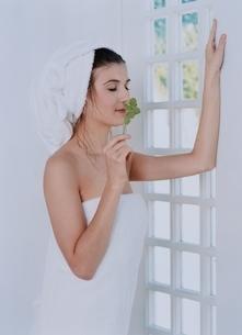窓際でバスタオル姿の外国人女性の写真素材 [FYI03836954]