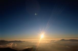 乗鞍岳より望む雲海と太陽  長野県の写真素材 [FYI03837016]