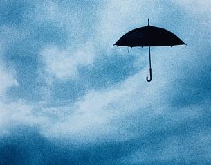 空に浮いた傘の写真素材 [FYI03837053]