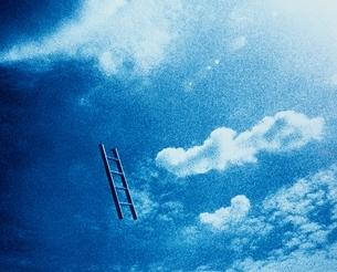 空に浮いたはしごの写真素材 [FYI03837054]
