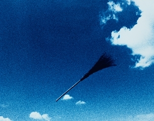 空に浮いたほうきの写真素材 [FYI03837055]