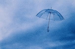 曇り空に舞う傘の写真素材 [FYI03837056]