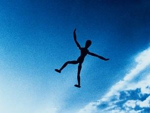 青空に飛ぶ人イメージの写真素材 [FYI03837063]