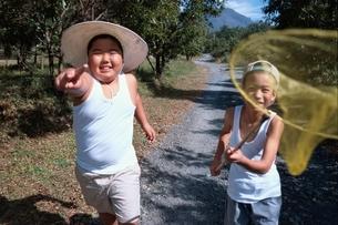 虫取り網を持っている日本人の男の子の写真素材 [FYI03837087]