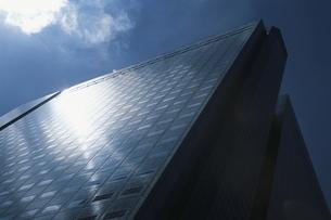 日の当たるビルの写真素材 [FYI03837122]