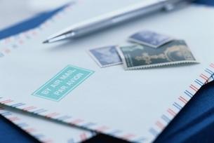 エアメールの封筒と切手とペンの写真素材 [FYI03837249]
