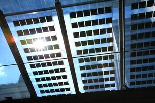 採光ガラスの天井に埋め込んだ太陽光発電パネルの写真素材 [FYI03837264]